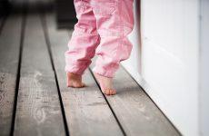 Почему ребенок ходит на цыпочках, что делать и мнение доктора Комаровского