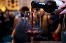 Как приготовить и улучшить вкус вина из черноплодной рябины, какую пользу и вред оно может принести